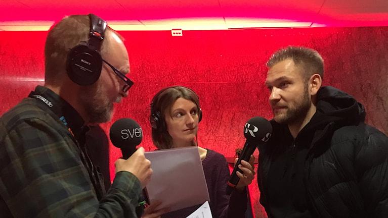 Peter Stenberg och Nina Sjöman pratar med John Alvbåge. Foto: Madeleine Blidberg/SR