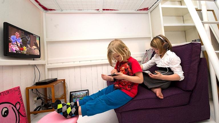 Barn som ittar på tv och använder ipad. Foto: Maja Suslin/TT