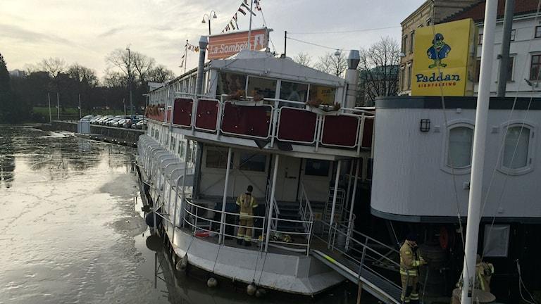 Gamla restaurangfartyget lutar en del.