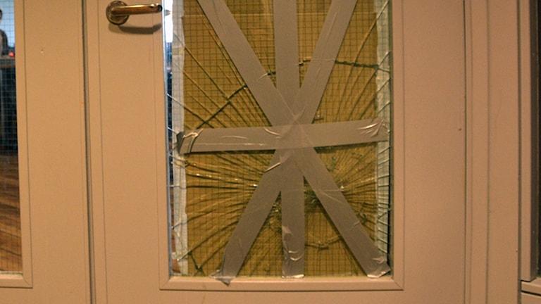 Krossad ruta i dörr. Foto Mikael Berglund NyheterSTO