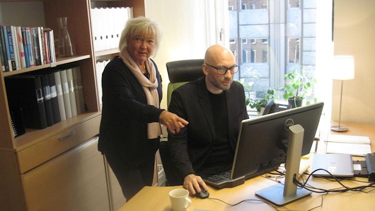 Patientnämnden Göteborgs ordförande Carina Liljesand (L) och hennes utredare Jörgen Hultgren framför datorn. Foto: Epp Anderson/Sveriges Radio
