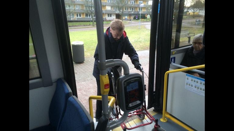Marianne Andersson har svårt att komma på bussen med rullator.
