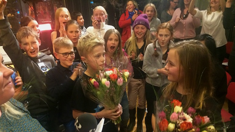 Ebba och Harry från Skutehagen med jublande klasskompisar! Foto: Susanne Ehlin/SR