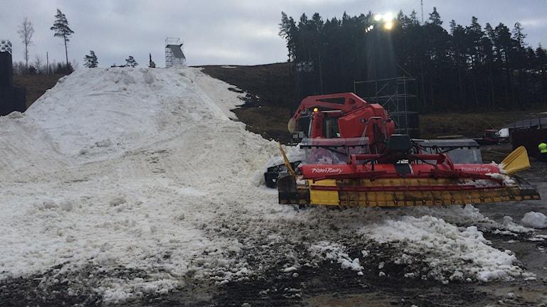 Maskiner skapar snö i Alebacken.