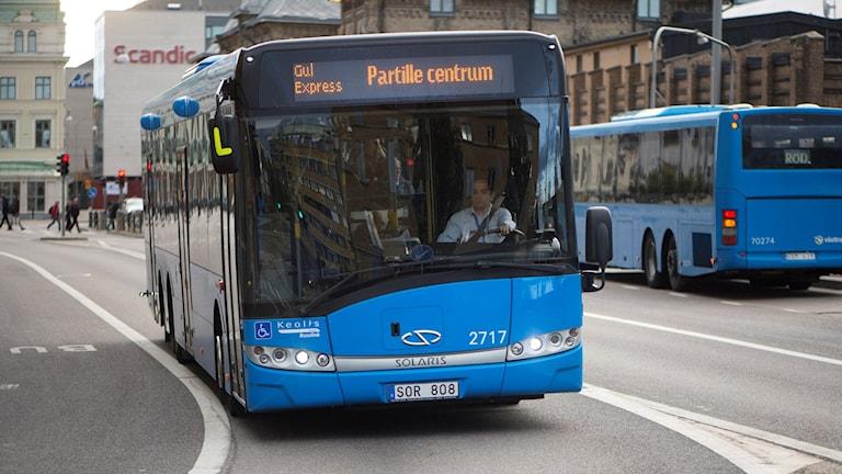 En blå buss framifrån
