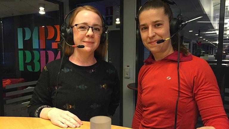 Ylva Zetterlund och Emmy Karnerud i P4:s studio.