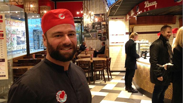 Suleyman Yüksel står inne i sin restaurang på Allum