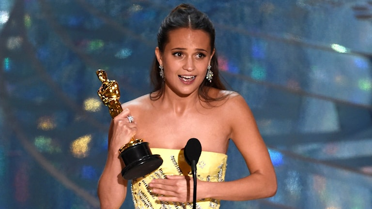 Alicia Vikander with her Oscar.