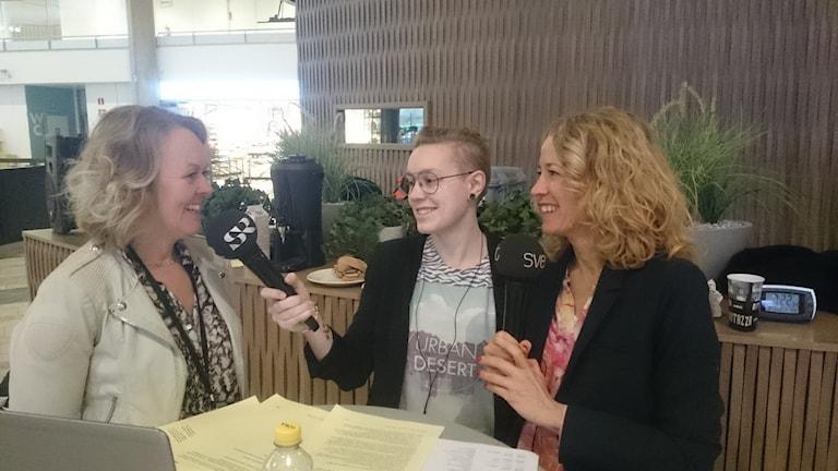 Flygplatsdirektör Charlotte Ljunggren intervjuas av Lovisa Fischerström och Ylva Nilsson