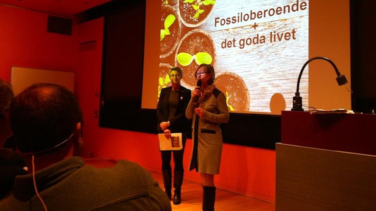 Kristina Jonäng och Lisbeth Schultze berättar att Västra Götaland ska bli fossiloberoende 2030. Foto: Markus Bergfors/SR