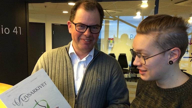 Begravningsentrepenören Håkan Andersson visar Livsarkivet för Lovisa Fischerström