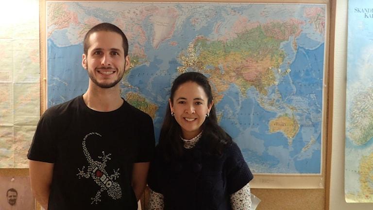 Francisco Salva Serra och Lucia Gonzales Siles står framför en karta