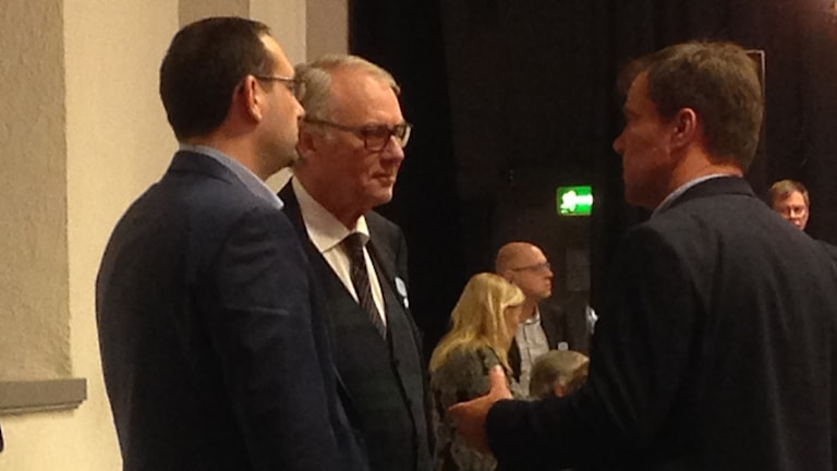 Theo Papaioannou Vägvalet och Tom Heyman Vägvalet diskuterar med Martin Wannholt i en paus under Kommunfullmäktiges möte den 25 februari 2016. Foto: Erica Hedin / Sveriges Radio