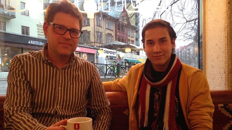 Henrik och Fahim tar en fika