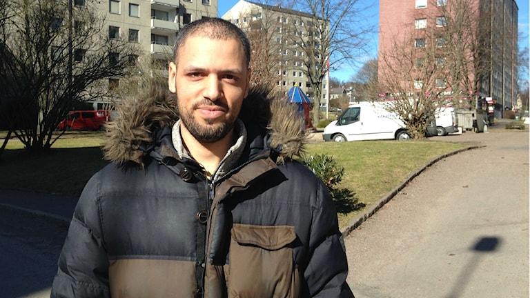 Patrick de Melo står framför kameran utanför sin bostad i Backa.