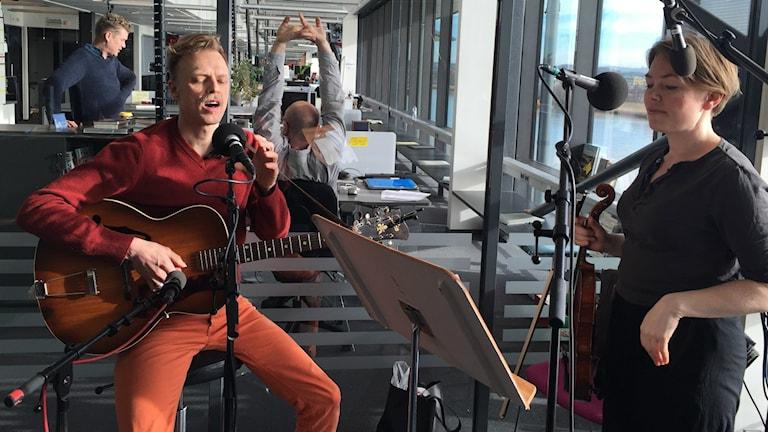 Musikerna Christoffer Svärd och Ida Lod i P4 Göteborgs studio