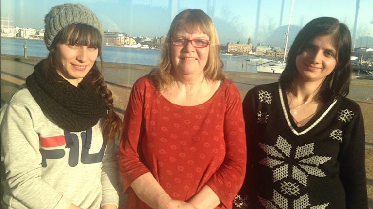 Sava, Margreth och Tara framför hamnen