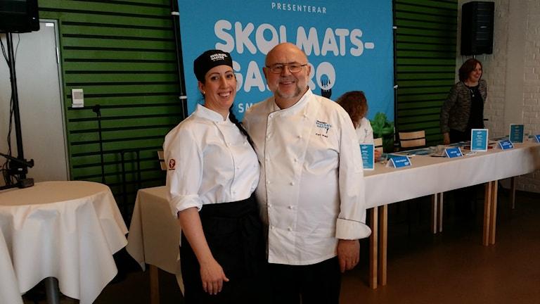 Skolkocken Amelia Gabrielsson tillsammans med juryordföranden Kurt Weid på Skolmats-SM på Brunnsboskolan