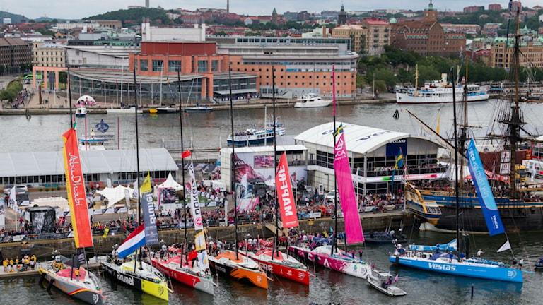 De tävlande båtarna i Volvo ocean race sida vid sida i Frihamnen i hjärtat av Göteborg