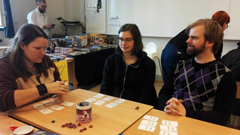 Ilone Cervin, Åsa Hult och Erik Albihn tester nya spel på Hvitfeldtska gymnasiet i Göteborg.