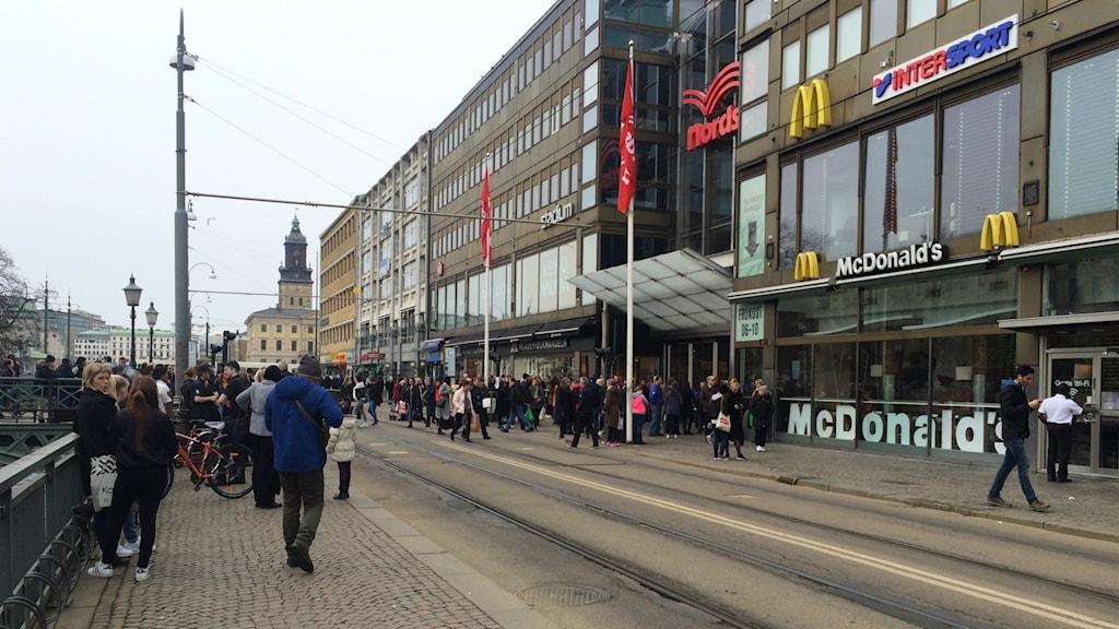 Folksamling utanför Nordstan efter att köpcentret blivit utrymt.