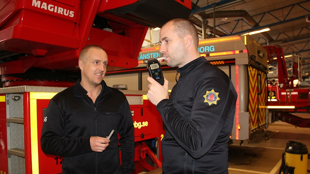 Brandmännen Patrik Hautau och Mikael Bouvin blåser i alkoholmätaren inför varje arbetspass.