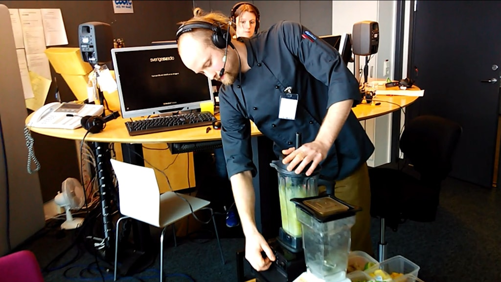 Viktor Ingemarsson gör smoothies