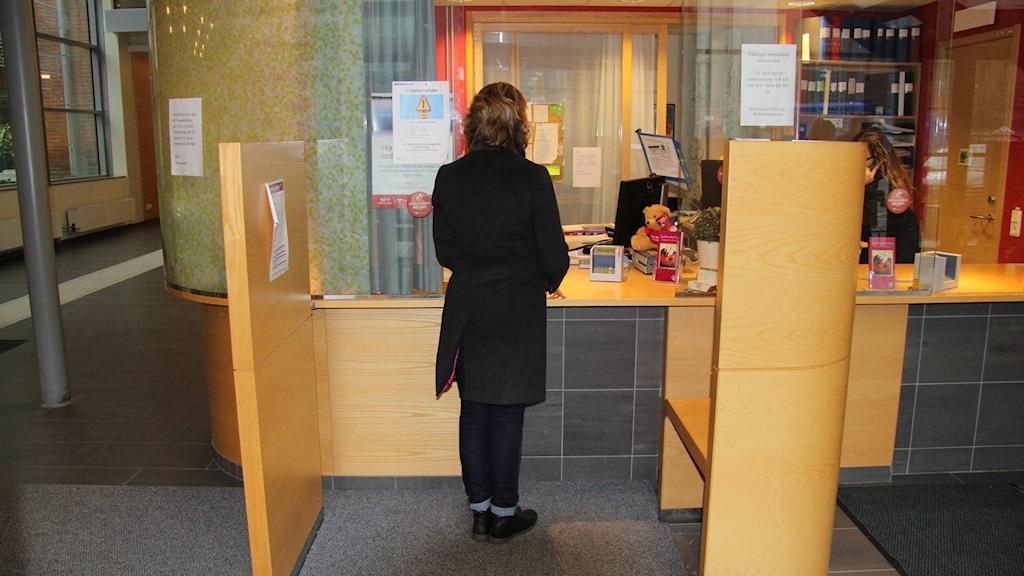 En kvinna står i en reception