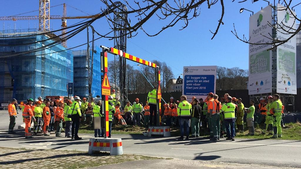 Bortåt hundra byggnadsarbetare i strejkmöte.