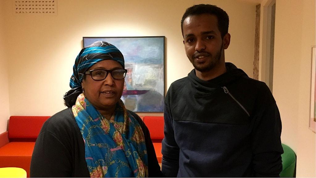 Asha Adnan är samhällsvägledare på integrationscentrum och är med och håller i kursen. Här står hon tillsammans med Fahmi Diiriye som är en av kursdeltagarna.