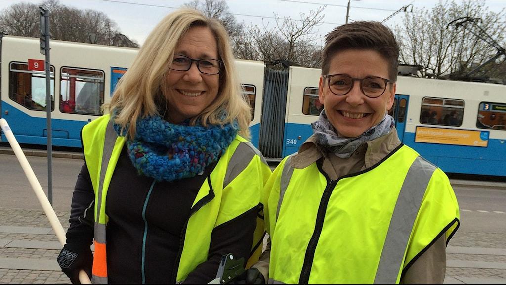 Helene Odenljung (L) och Ann-Sofie Hermansson (S) städar för trygg, vacker stad