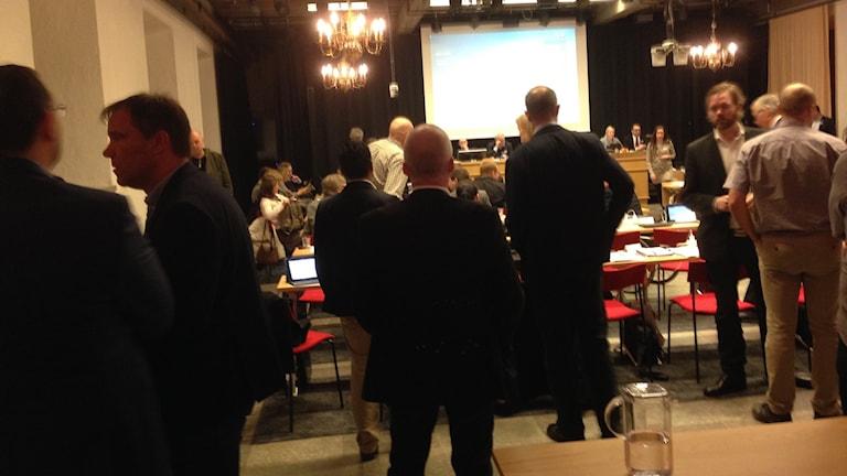 bild på ledamöter i kommunfullmäktige i Göteborg  25 februari 2016, det är paus i mötet och ledamöterna står och samtalar i grupper.