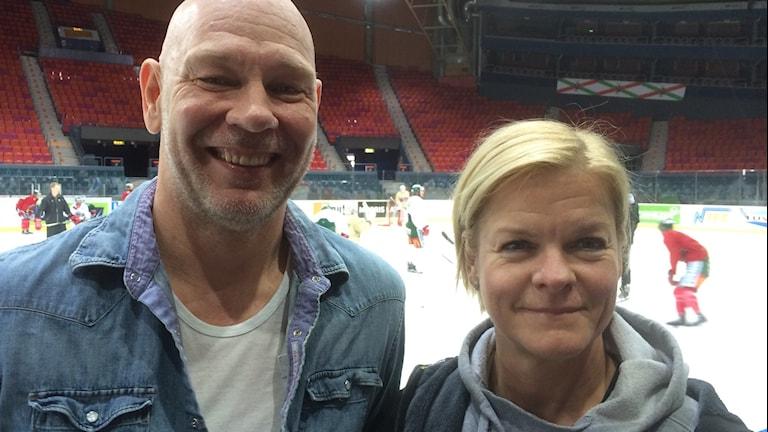 Läkaren Mikael Svensson-Hendelberg och fysioterapeuten Stina Hedin i Frölunda hockey framför rinken i Scandinavium när laget tränar.