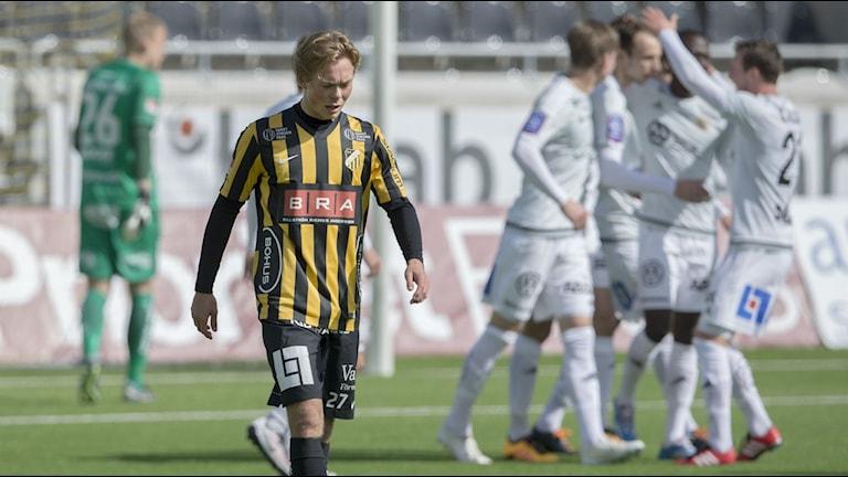 Häckens Joel Andersson deppar efter Sundsvalls segermål.