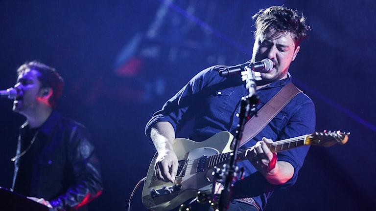 En sångare som spelar gitarr