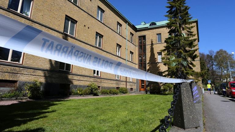 Avspärrningar på Högsbogatan i Göteborg där en man på söndagen hittades skjuten.