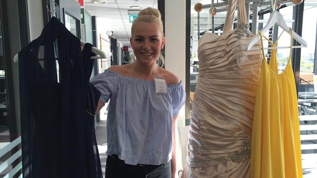 Frida Halldin från Kungälv visar upp sina balklänningar i P4 Göteborgs studio