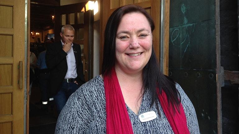 Stina Svensson är gruppledare för Feministiskt initiativ F! Här står hon framför porten in till fullmäktiges möte