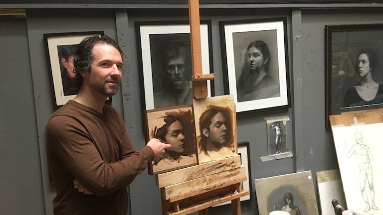 Michael DeVore visar några elevarbeten i en av ateljéerna.