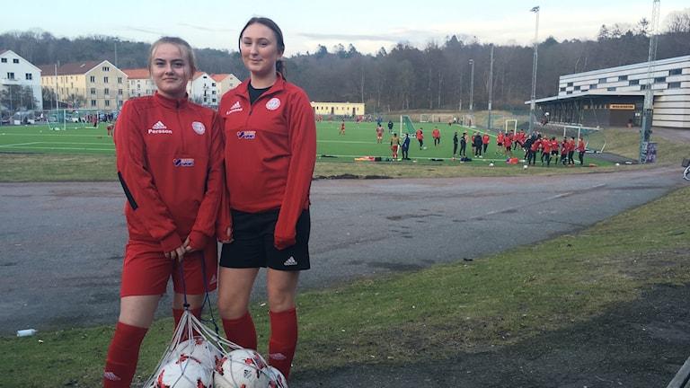 Damjuniorer från Göteborgs FF står vid fotbollsplanen Majvallen.