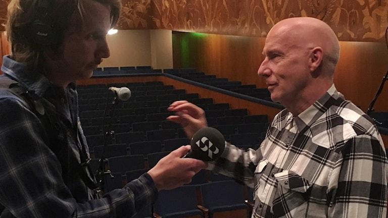 Midge Ure blir intervjuad av P4 Göteborgs reporter.