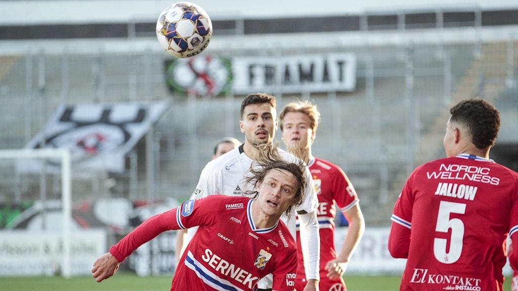IFK Göteborgs Simon Thern och Örebros Deniz Hümmet under lördagens fotbollsmatch i allsvenskan mellan Örebro