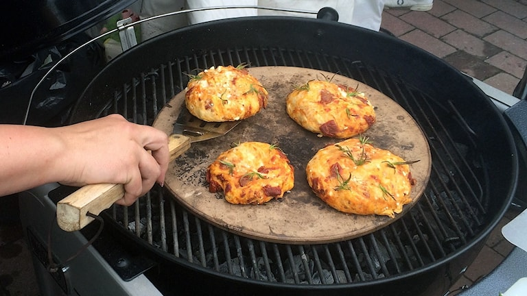 Bild på fyra grönsaksbiffar som ligger på en grill.