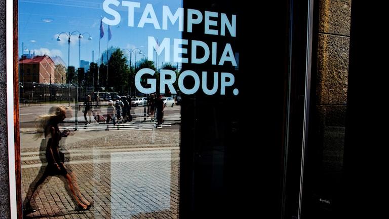 Bild på fönsterruta där det står stampen media group.