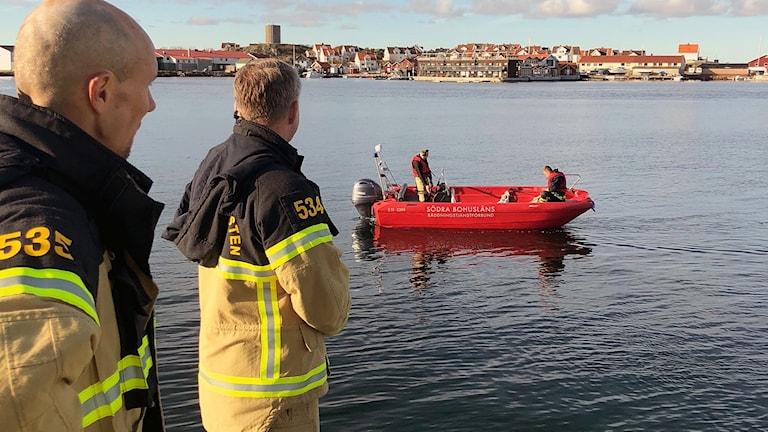 Dykare undersöker olycksplatsen.