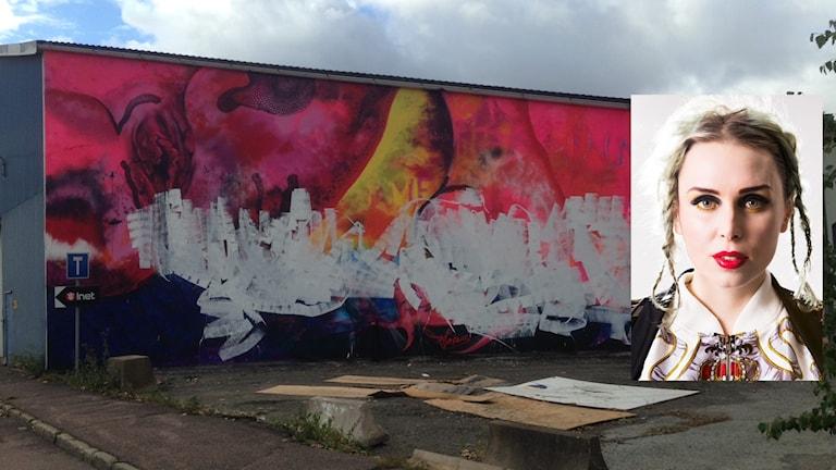 Infälld bild på Carolina Falkholt och den förstörda målningen i bakgrunden.