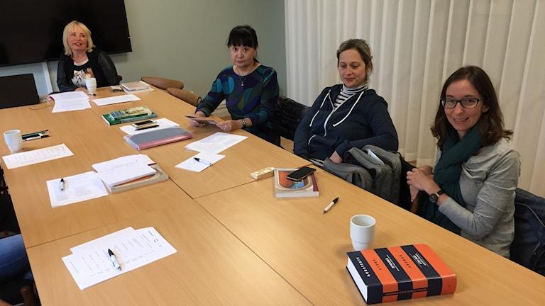 Språklärare Inga-Lill Odell med tre av sina utländska kursdeltagare