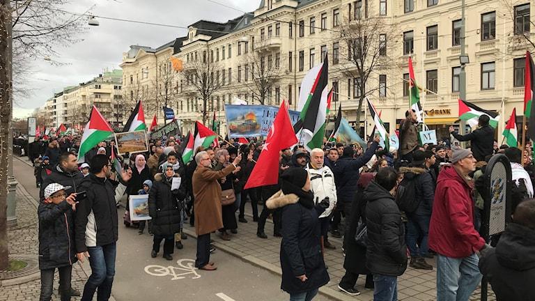 Fullt med demonstranter på Avenyn mot USAs beslut flytta ambassaden.