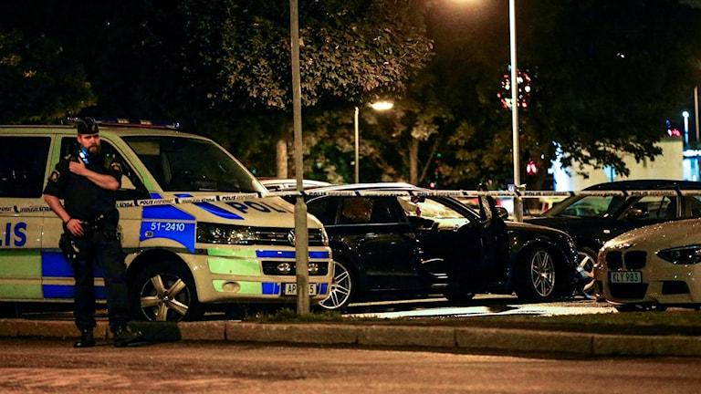 Polisavspärrningar. Bil där mordoffer satt.