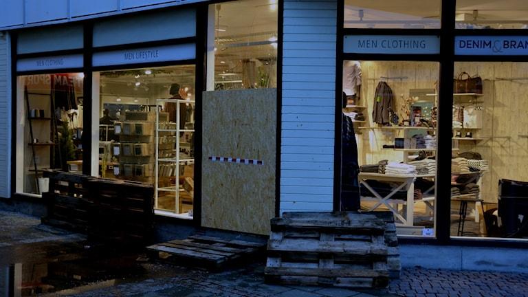 Klädbutiken på Stenungstorg har haft ytterligare ett inbrott - man har fått spika igen dörren